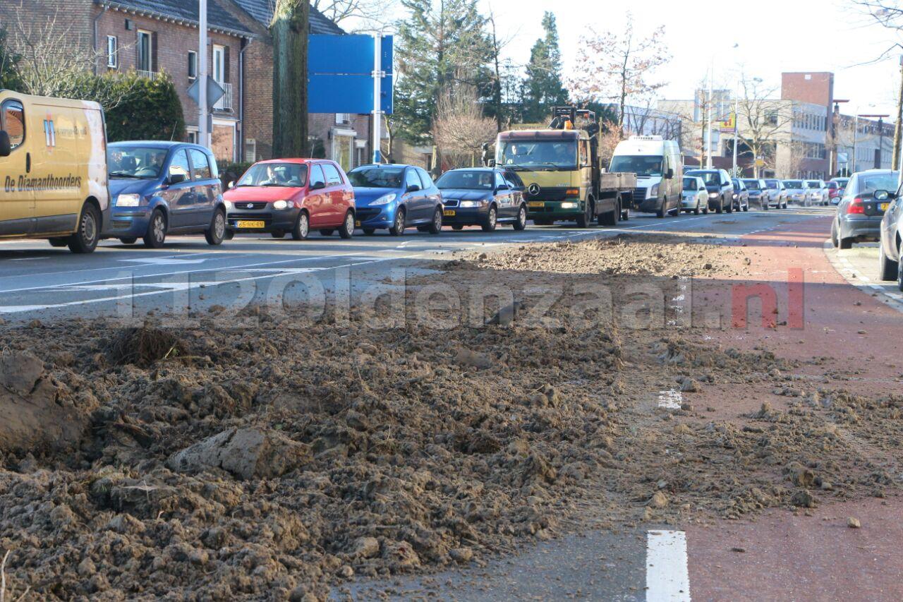 Video: Vrachtwagen verliest zand op Haaksbergerstraat Enschede