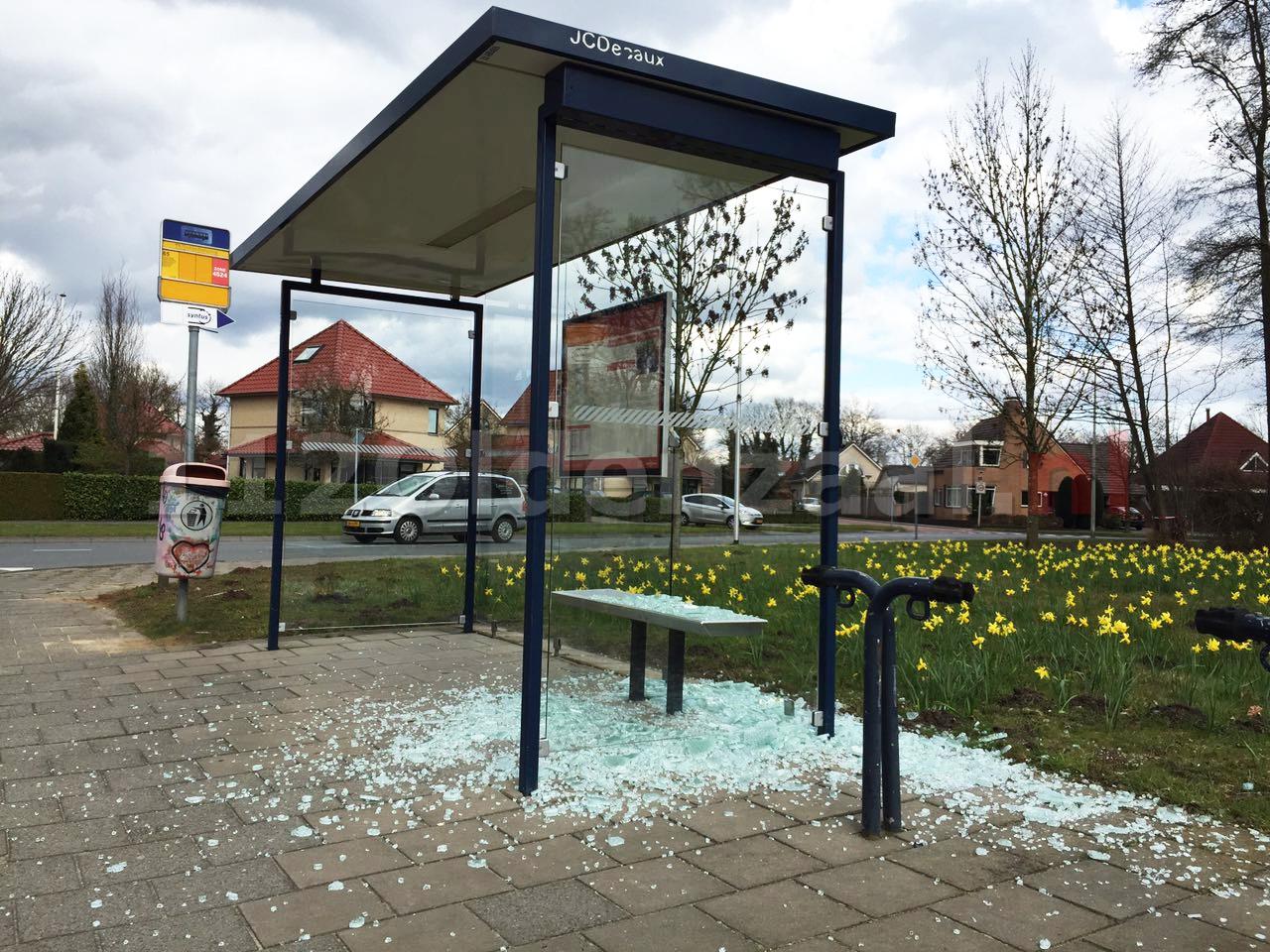 Foto: Vernieling aan bushokje Thijsniederweg Oldenzaal