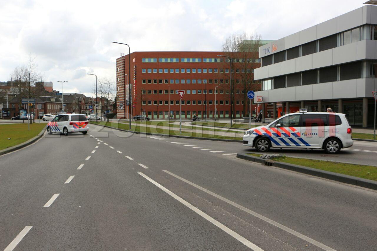 Foto 3: Twee traumahelikopters landen bij MST Enschede, politie en brandweer zorgen voor veilige landingsplek