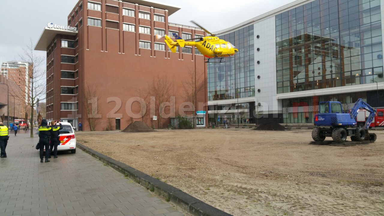 Foto: Twee traumahelikopters landen bij MST Enschede, politie en brandweer zorgen voor veilige landingsplek