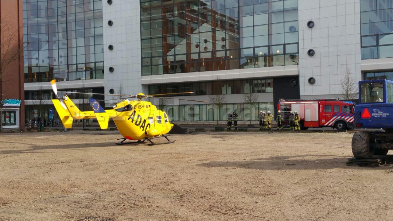 Foto 2: Twee traumahelikopters landen bij MST Enschede, politie en brandweer zorgen voor veilige landingsplek