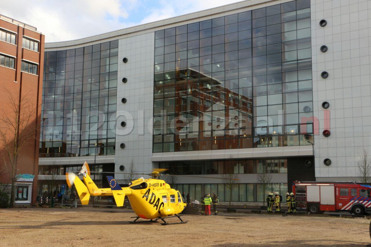 Foto 4: Twee traumahelikopters landen bij MST Enschede, politie en brandweer zorgen voor veilige landingsplek