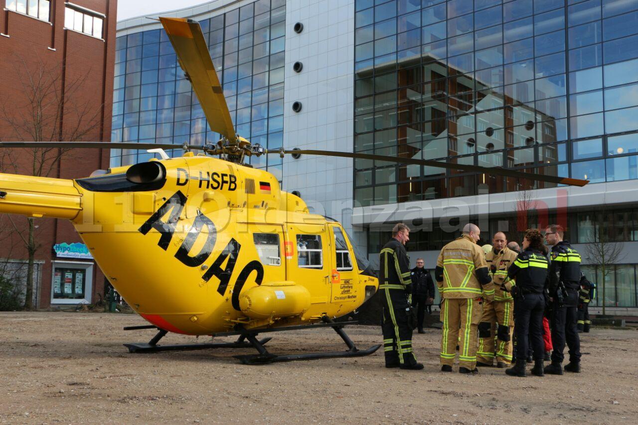 Video: Twee traumahelikopters landen bij MST Enschede, politie en brandweer zorgen voor veilige landingsplek