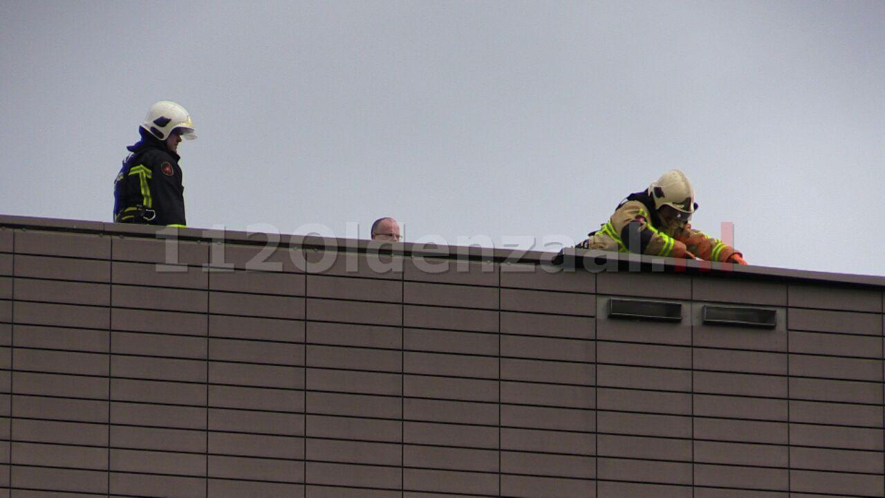 Foto: Brandweer verwijdert losse delen van dak Muziekkwartier Enschede