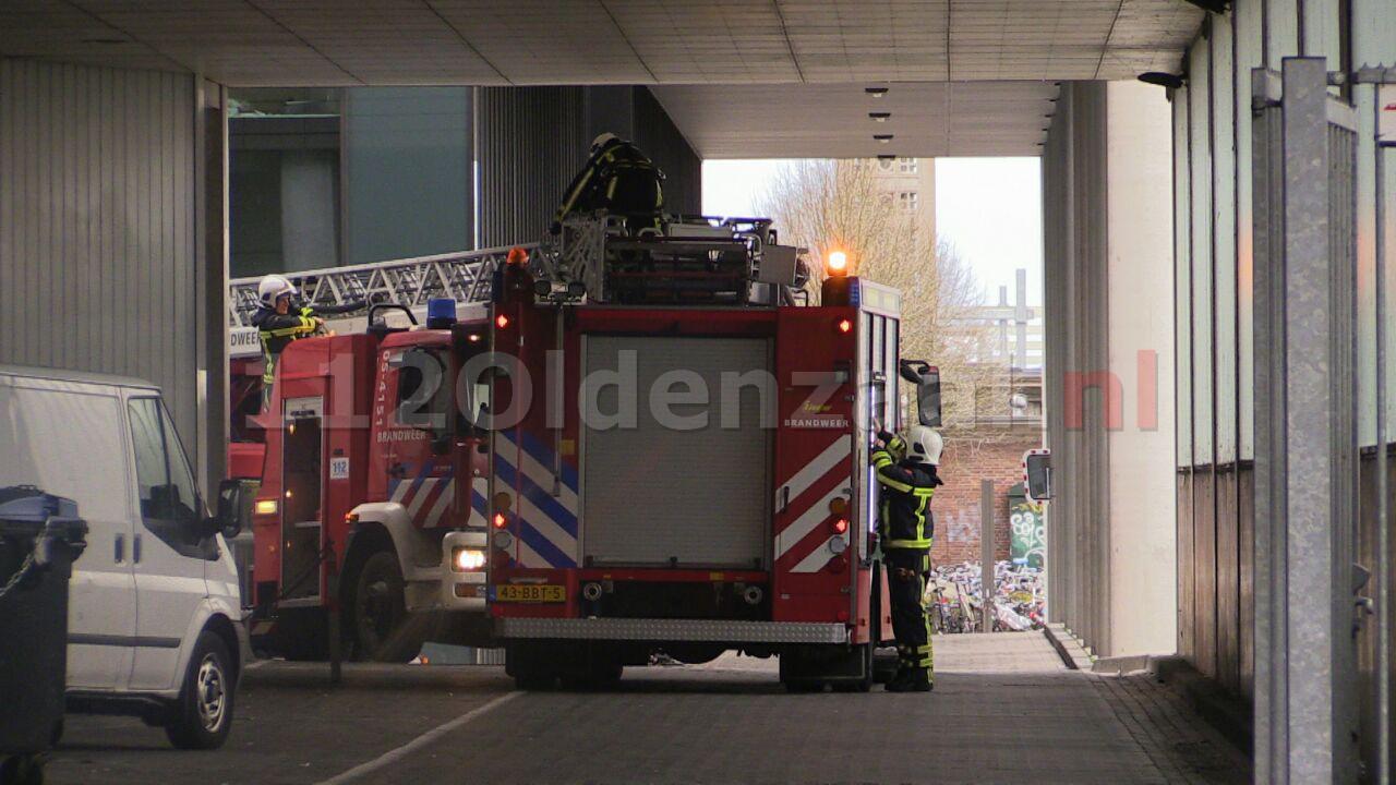 Foto 2: Brandweer verwijdert losse delen van dak Muziekkwartier Enschede