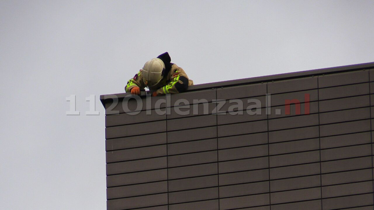 Video: Brandweer verwijdert losse delen van dak Muziekkwartier Enschede
