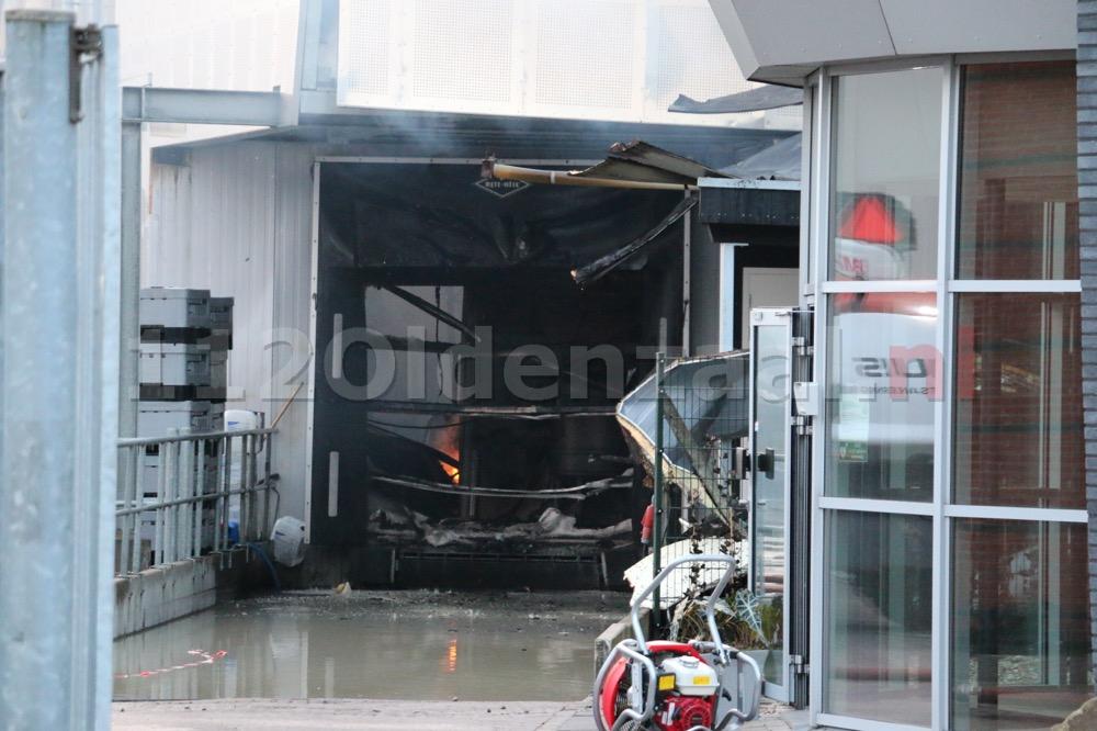Foto 4: Productie ijsfabriek verwoest na zeergrote brand in Hengelo