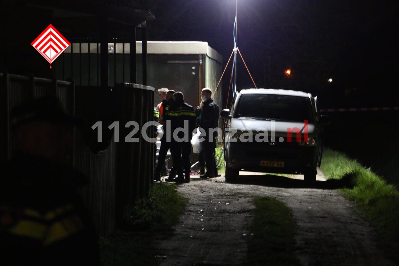 Foto: Auto's in beslag genomen bij onderzoek in loods Glanerbrug