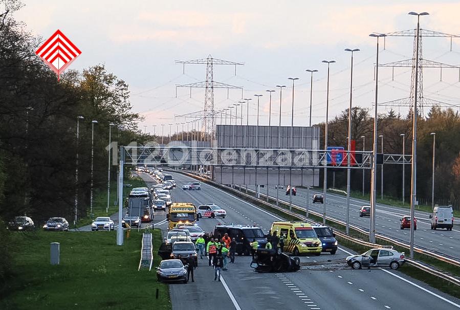 Foto en video: Gewonden bij aanrijding met meerdere auto's op de A35 bij Borne, snelweg afgesloten