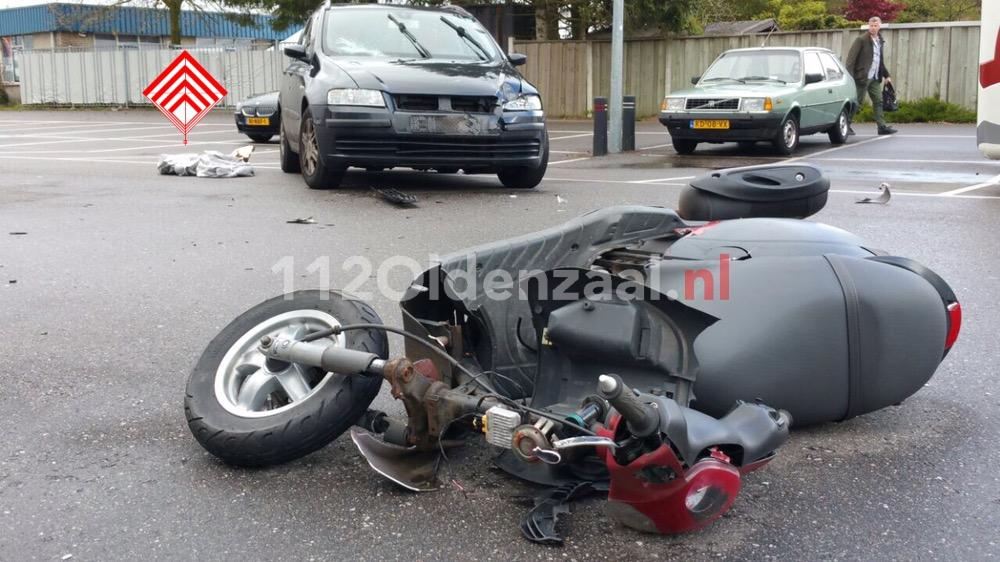 Foto: Scooterrijder geschept door auto in Enschede, met spoed naar ziekenhuis