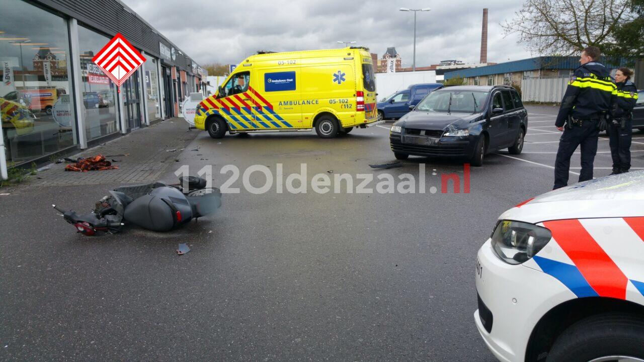 Foto 2: Scooterrijder geschept door auto in Enschede, met spoed naar ziekenhuis