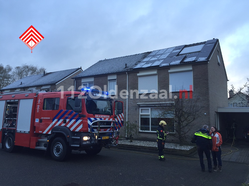 Foto: Woningbrand in Ootmarsum snel onder controle, bewoonster gewekt door rookmelder