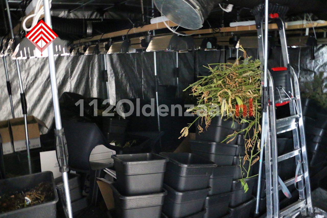 VIDEO: Vier personen aangehouden na inval hennepkwekerij in Oldenzaal