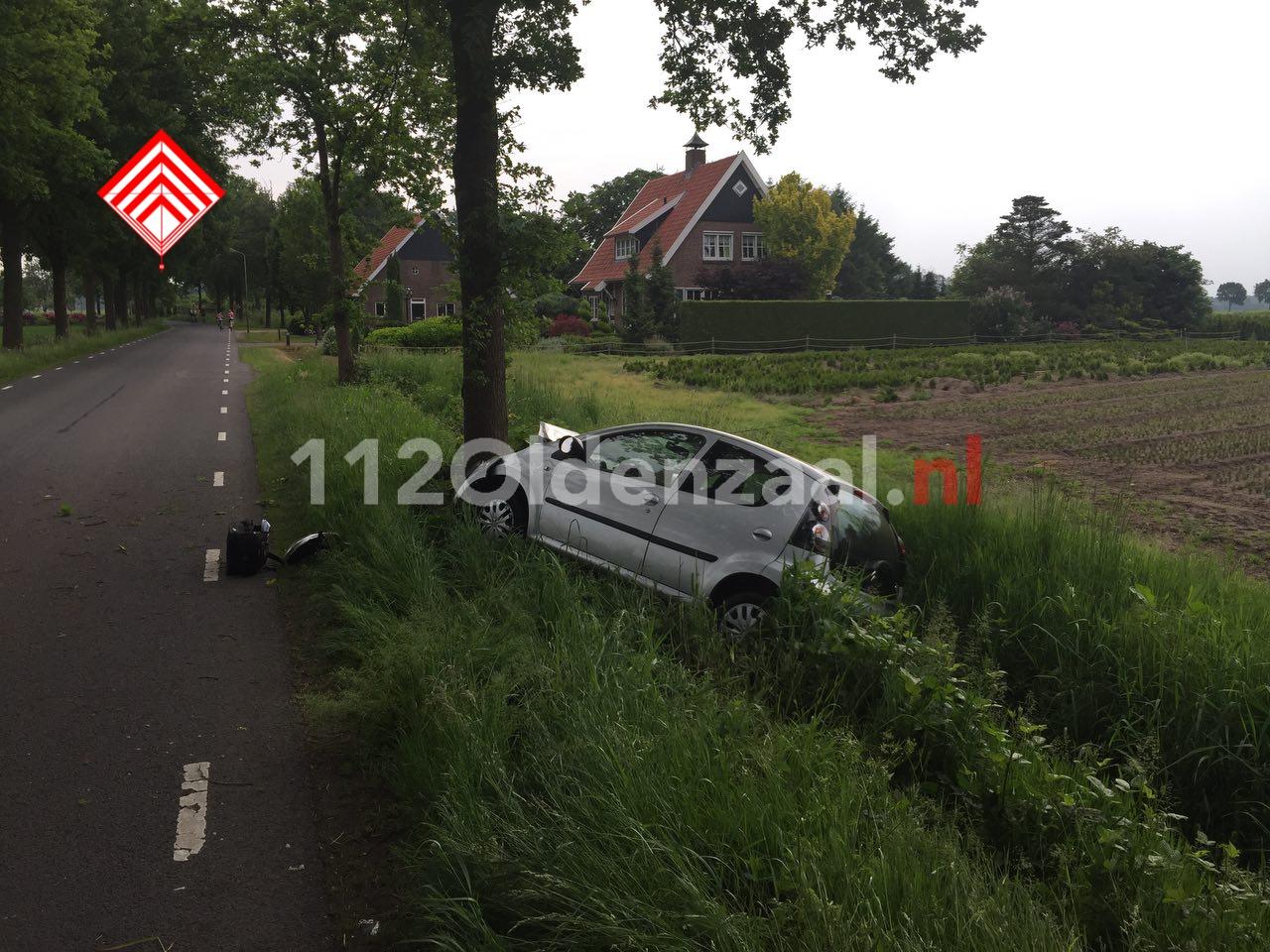 Foto: Vrouw gewond bij eenzijdige aanrijding in Beuningen, auto belandt in sloot