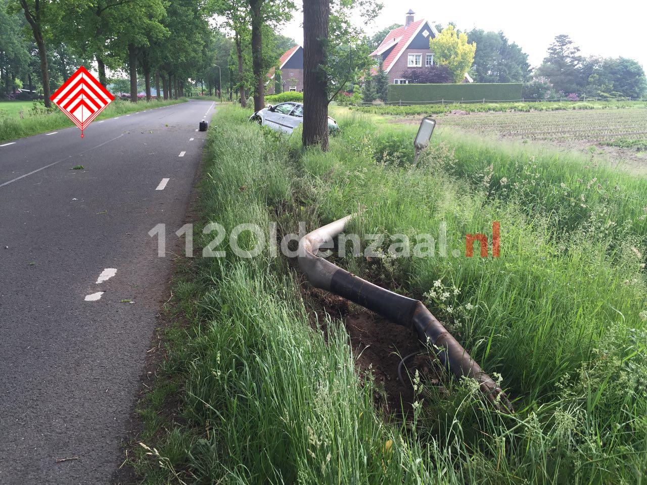 Foto 3: Vrouw gewond bij eenzijdige aanrijding in Beuningen, auto belandt in sloot