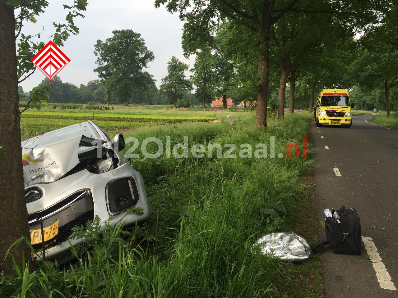Foto 2: Vrouw gewond bij eenzijdige aanrijding in Beuningen, auto belandt in sloot