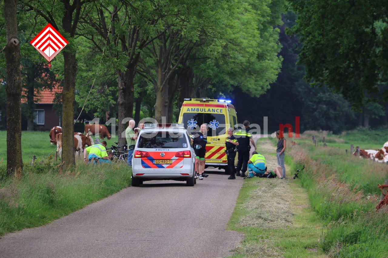 Foto: Twee wielrenners naar het ziekenhuis na val over verhoging in wegdek