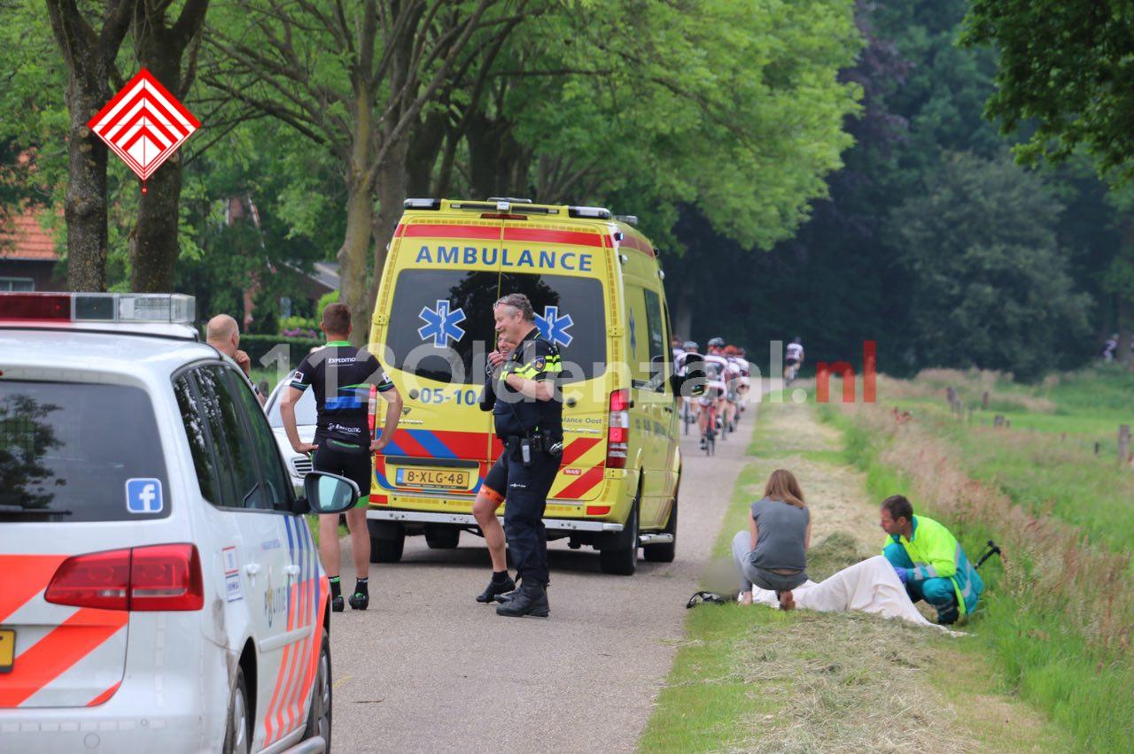 Foto 2: Twee wielrenners naar het ziekenhuis na val over verhoging in wegdek
