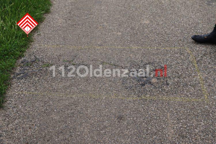 Video: Twee wielrenners naar het ziekenhuis na val over verhoging in wegdek
