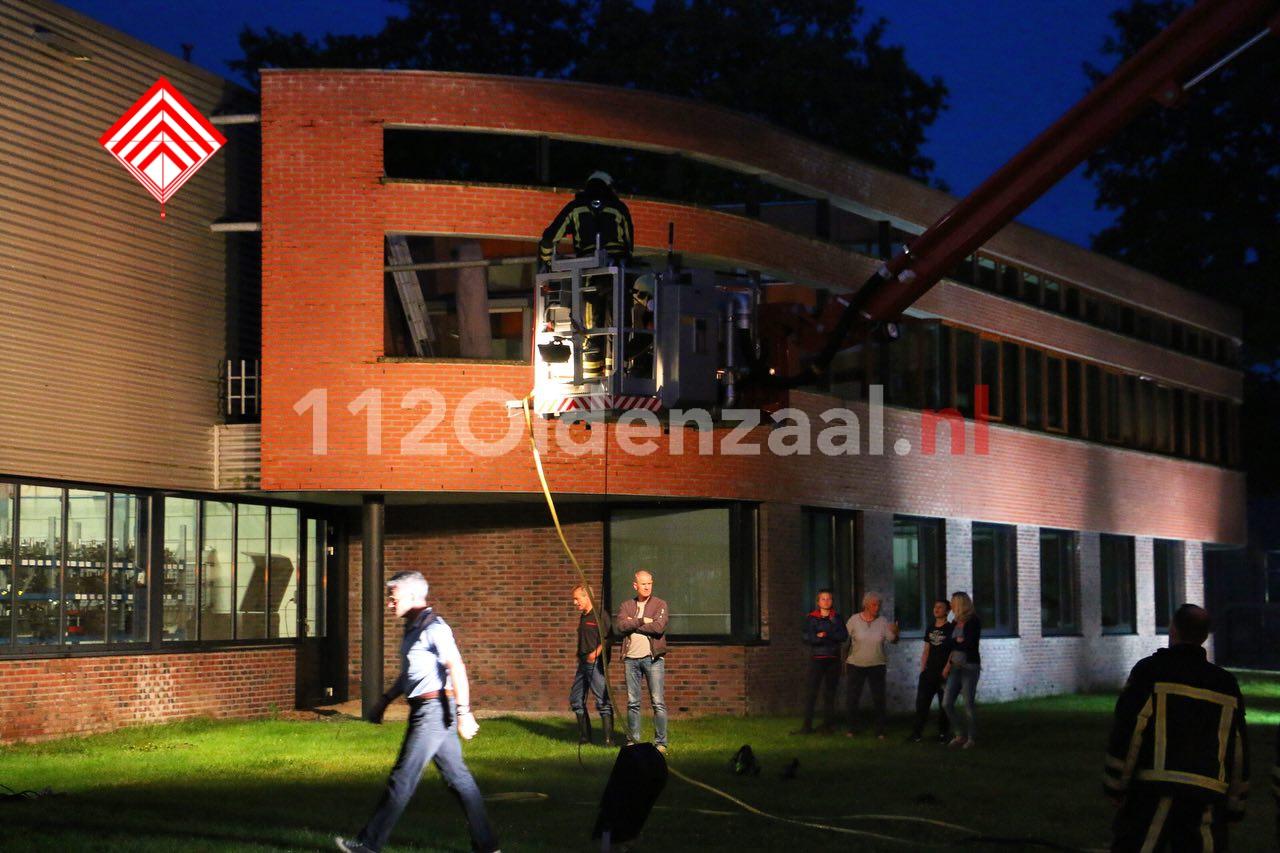 Foto 3: Bedrijf in Oldenzaal ontruimd; dakdeel verzakt door regenval