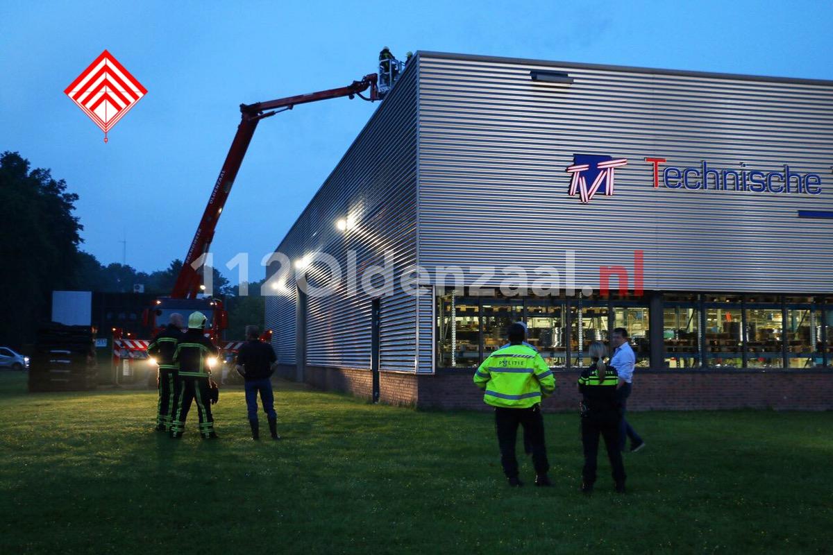 Foto: Bedrijf in Oldenzaal ontruimd; dakdeel verzakt door regenval
