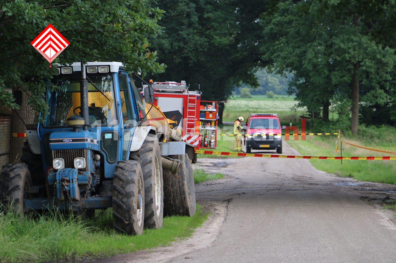Foto: Gevaarlijke situatie bij boerenbedrijf in Beuningen, omgeving afgezet