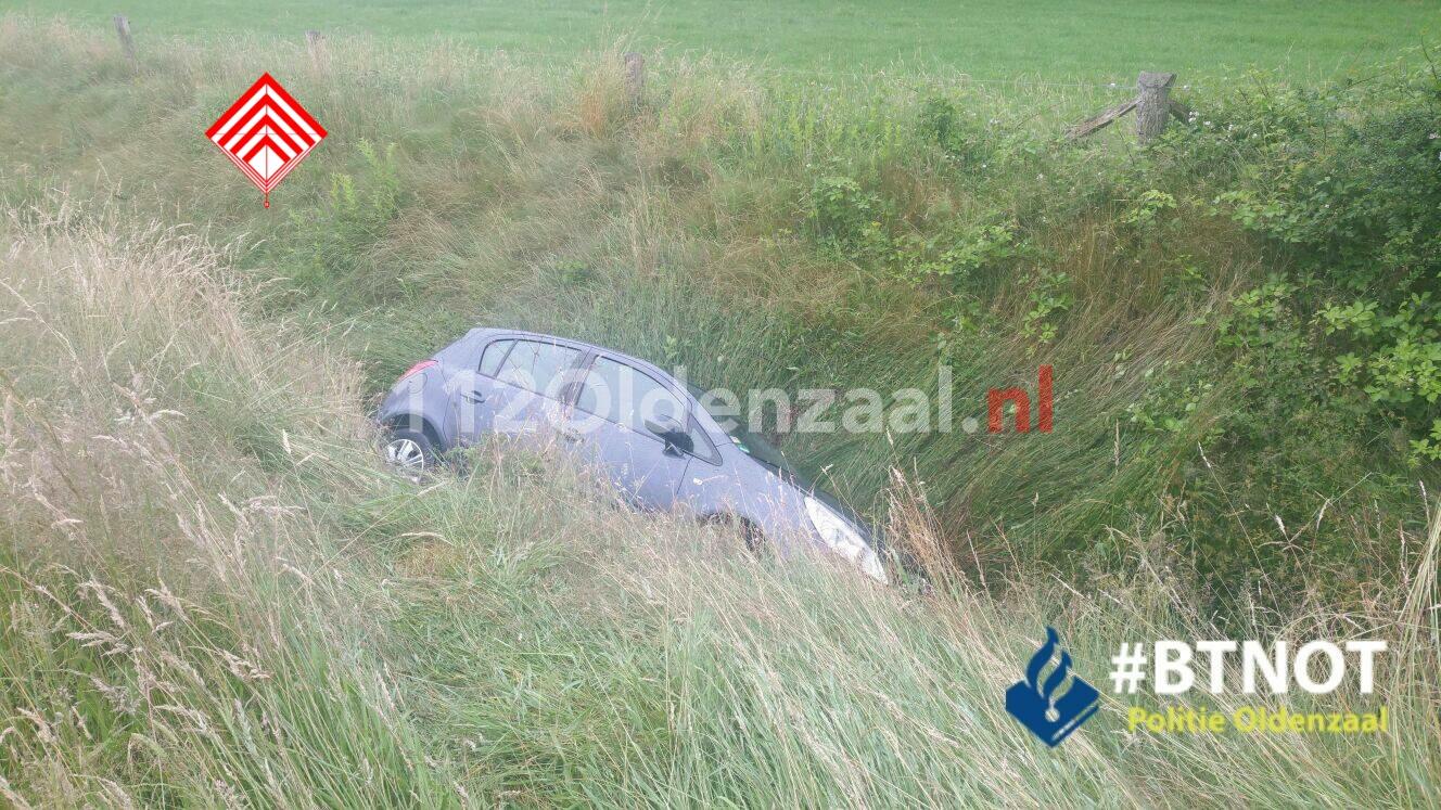 Foto 2: Vrouw komt met auto in sloot op A1 en raakt gewond