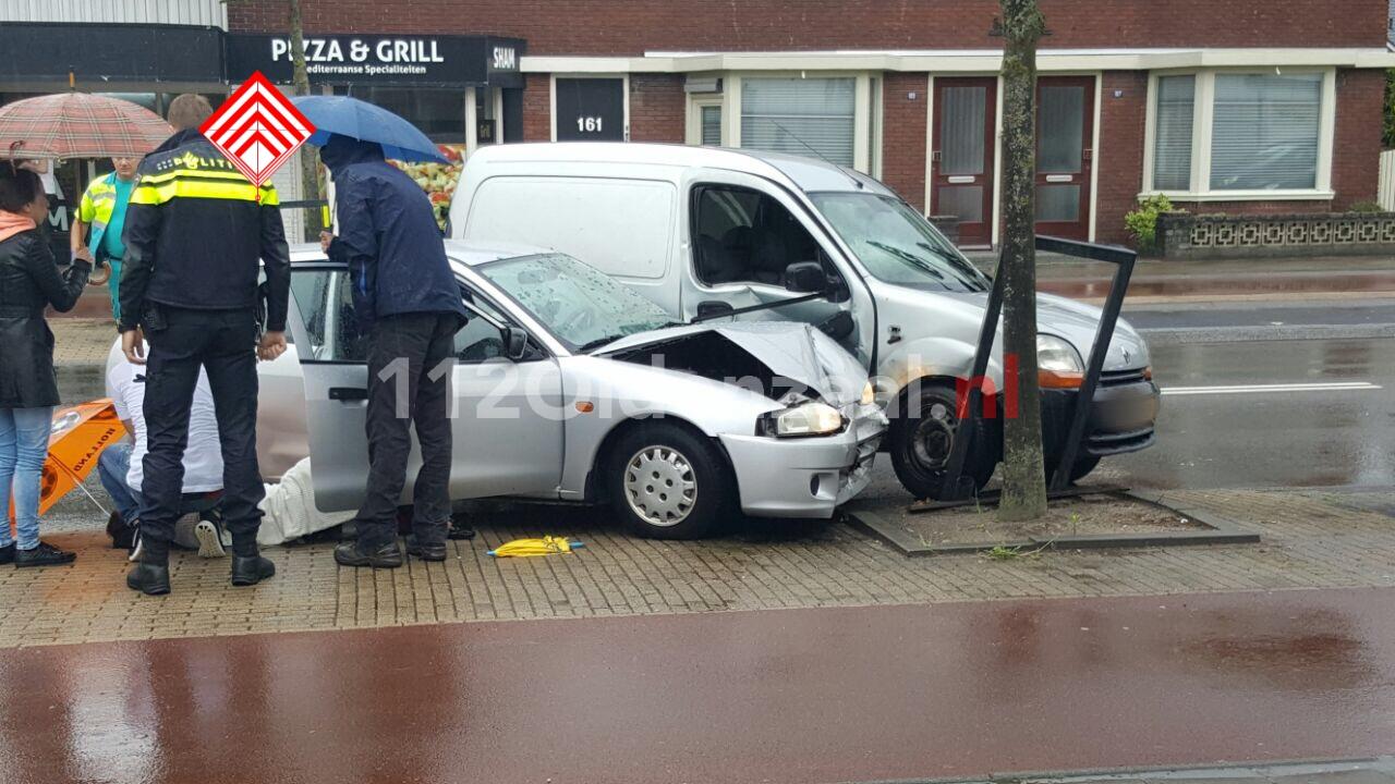 Foto 2: Gewonde bij aanrijding op Oldenzaalsestraat Hengelo