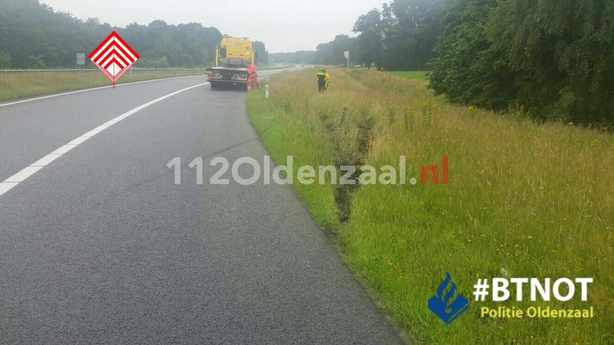 Foto: Vrouw komt met auto in sloot op A1 en raakt gewond