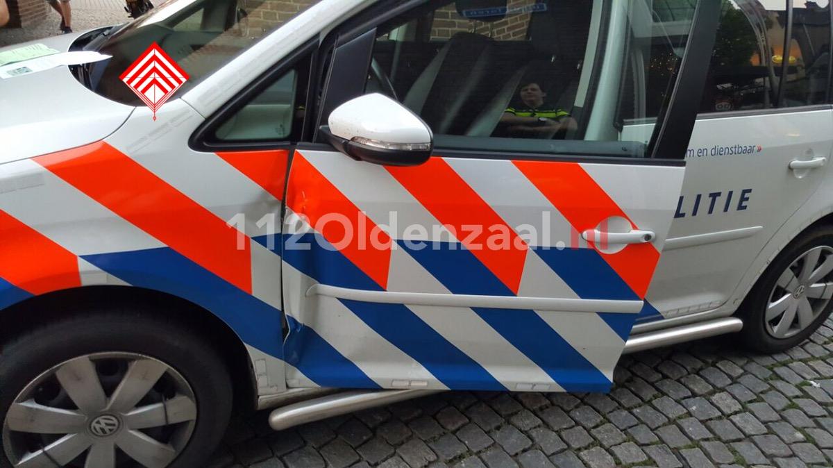 Foto: Politie vergeet handrem bij aanhouding  in Hengelo, botsing met geparkeerde auto