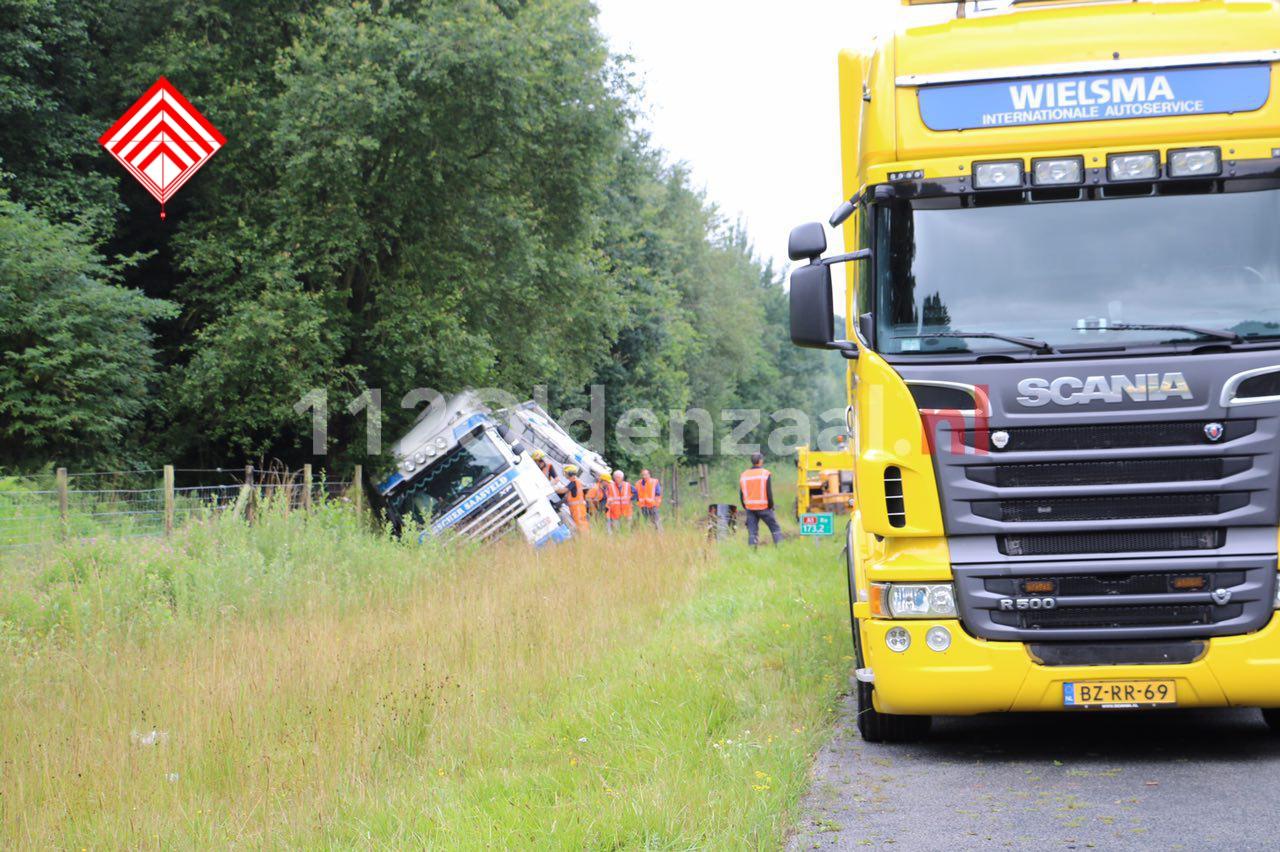 Foto: Vrachtwagen belandt in berm A1 tussen De Lutte en Oldenzaal