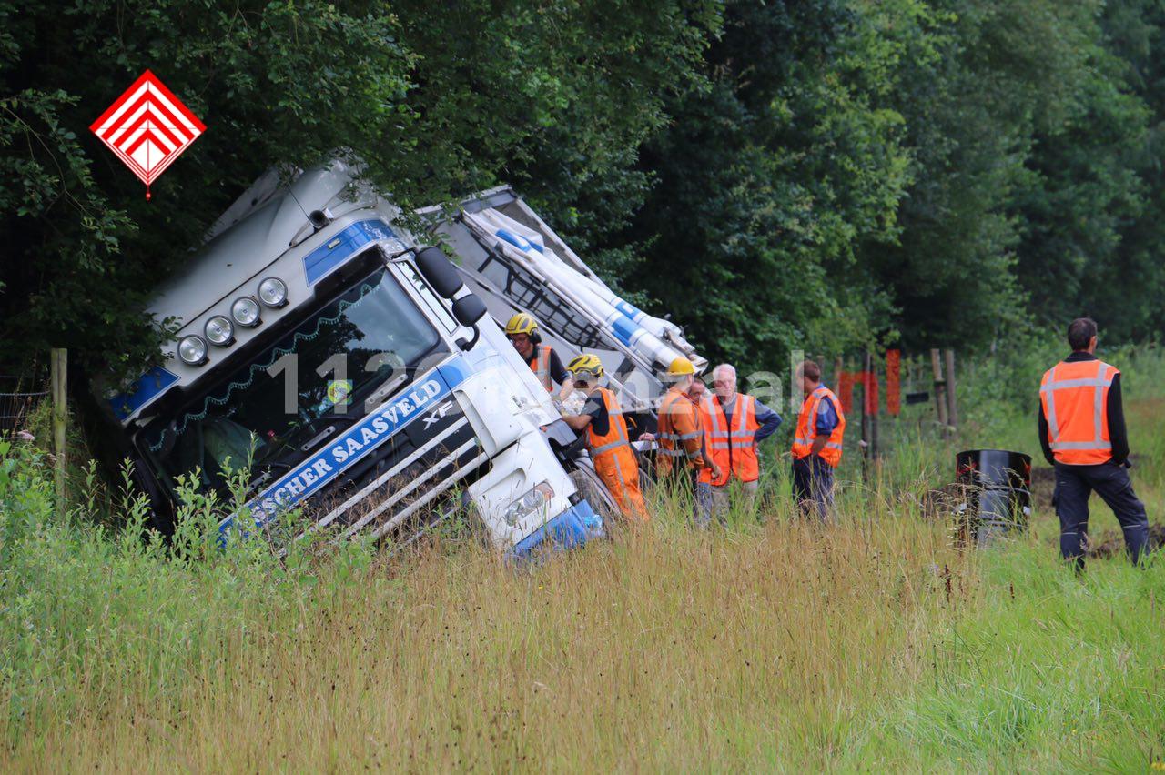 Foto 2: Vrachtwagen belandt in berm A1 tussen De Lutte en Oldenzaal