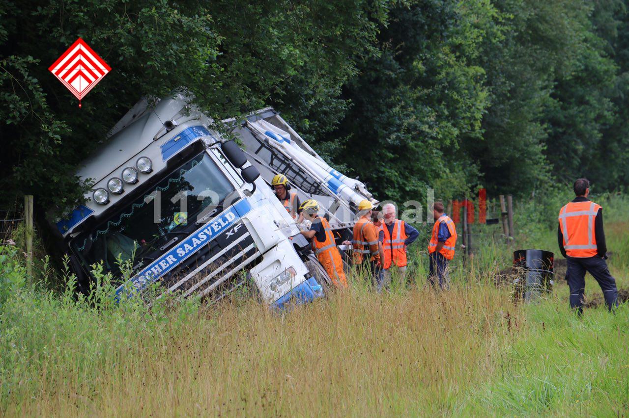 Video: Vrachtwagen belandt in berm A1 tussen De Lutte en Oldenzaal