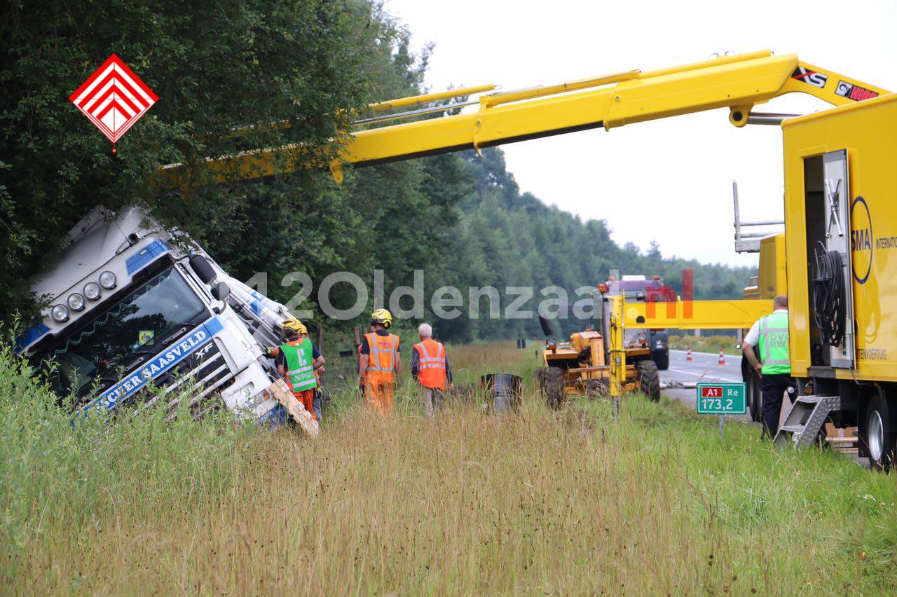 Foto 3: Vrachtwagen belandt in berm A1 tussen De Lutte en Oldenzaal