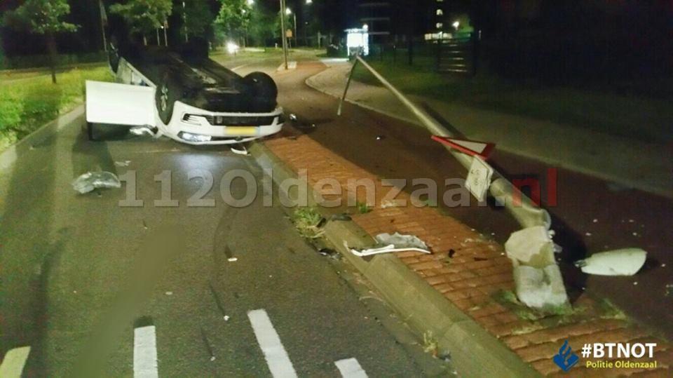 FOTO: Chaos op Vos de Waelstraat in Oldenzaal, dronken bestuurder vliegt met auto op de kop