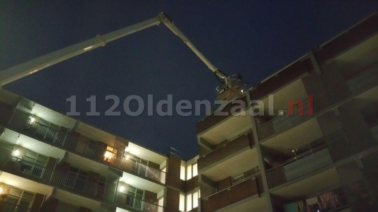 Foto en video: Brand in verwarmingsunit boven op flat in centrum Enschede