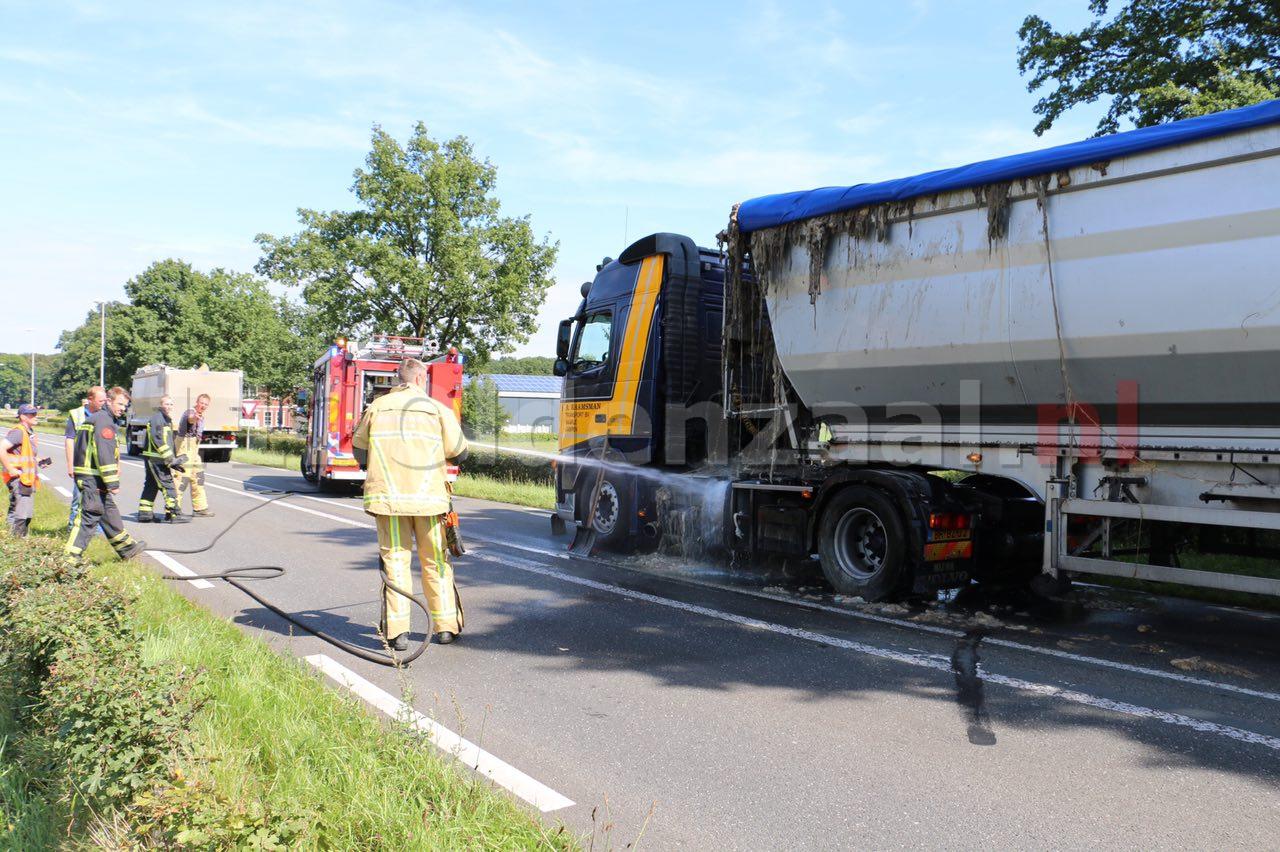 VIDEO: Vrachtauto verliest slachtafval en blokkeert rijbaan in Beuningen