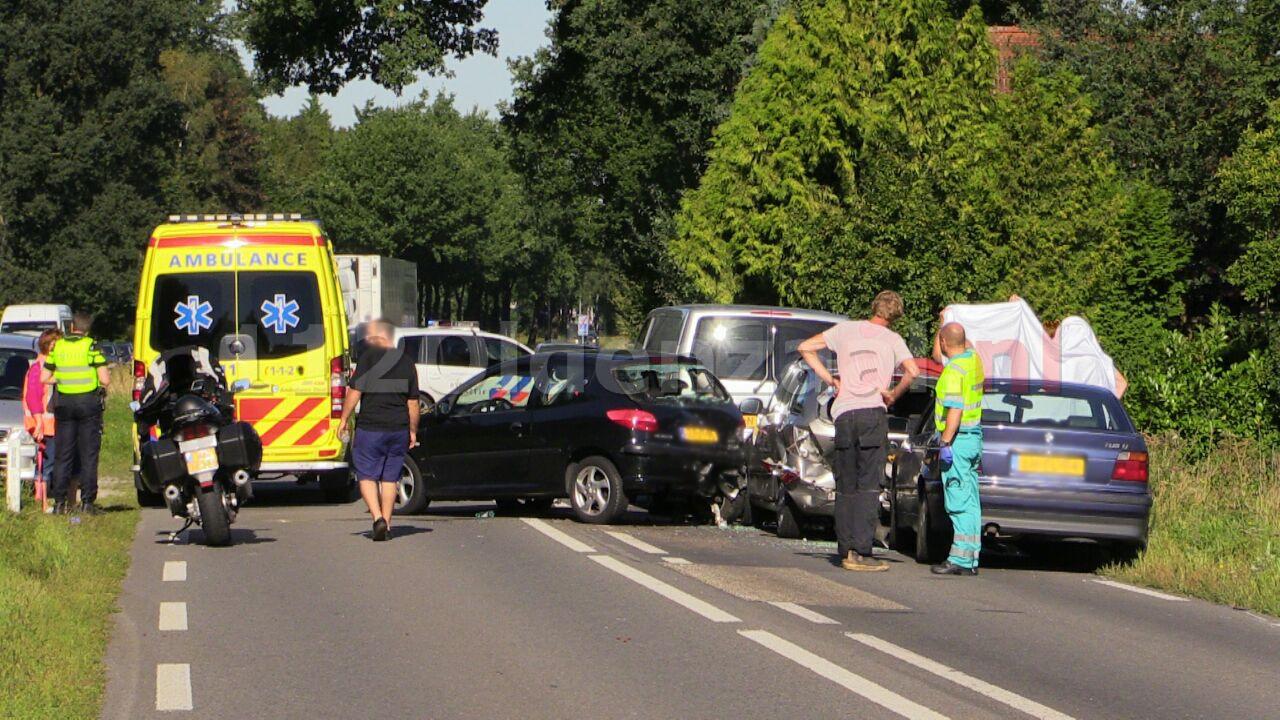 Foto en video: Vier auto's betrokken bij aanrijding tussen Oldenzaal en Losser