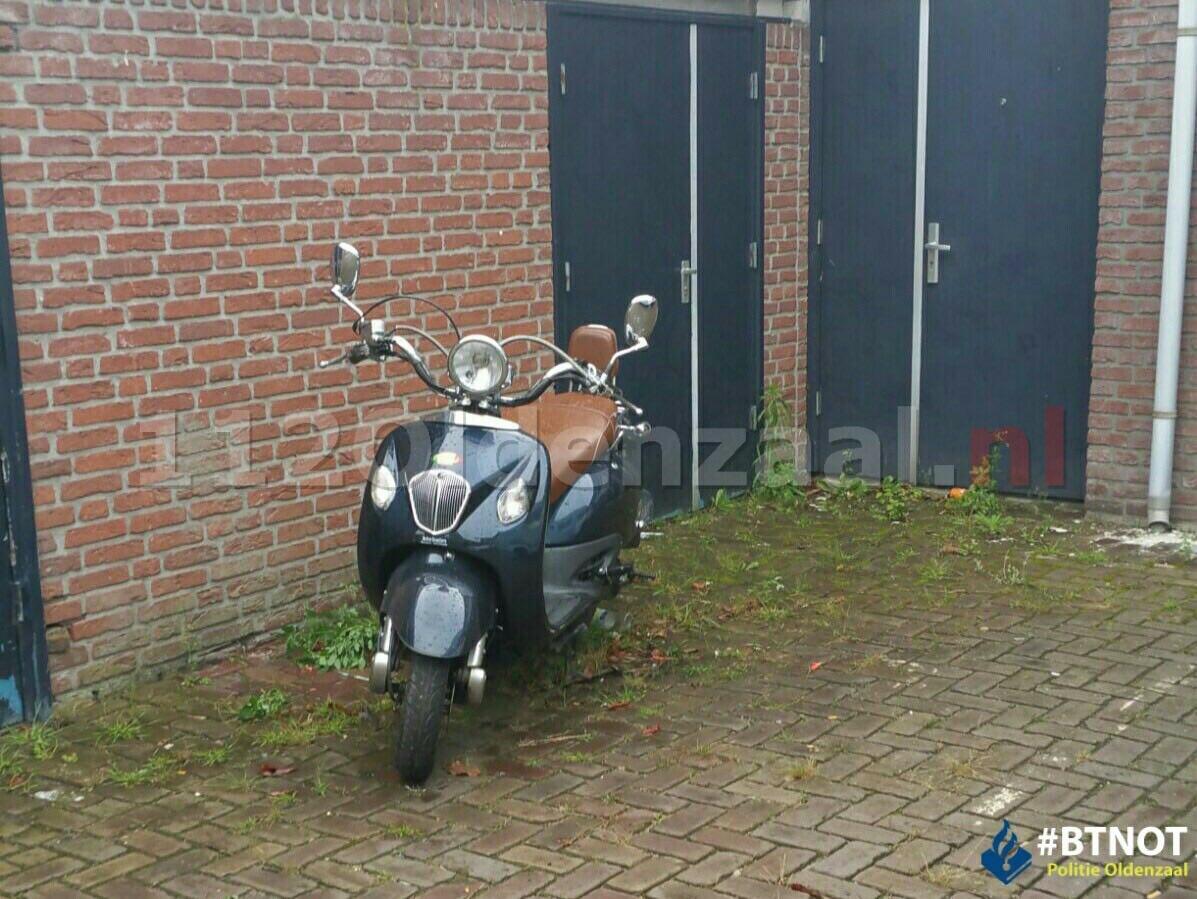 Foto: Politie treft gestolen scooter aan in binnenstad Oldenzaal