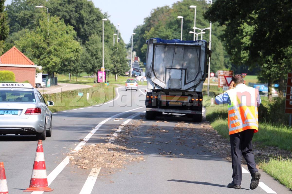 Foto: Vrachtauto verliest slachtafval en blokkeert rijbaan in Beuningen