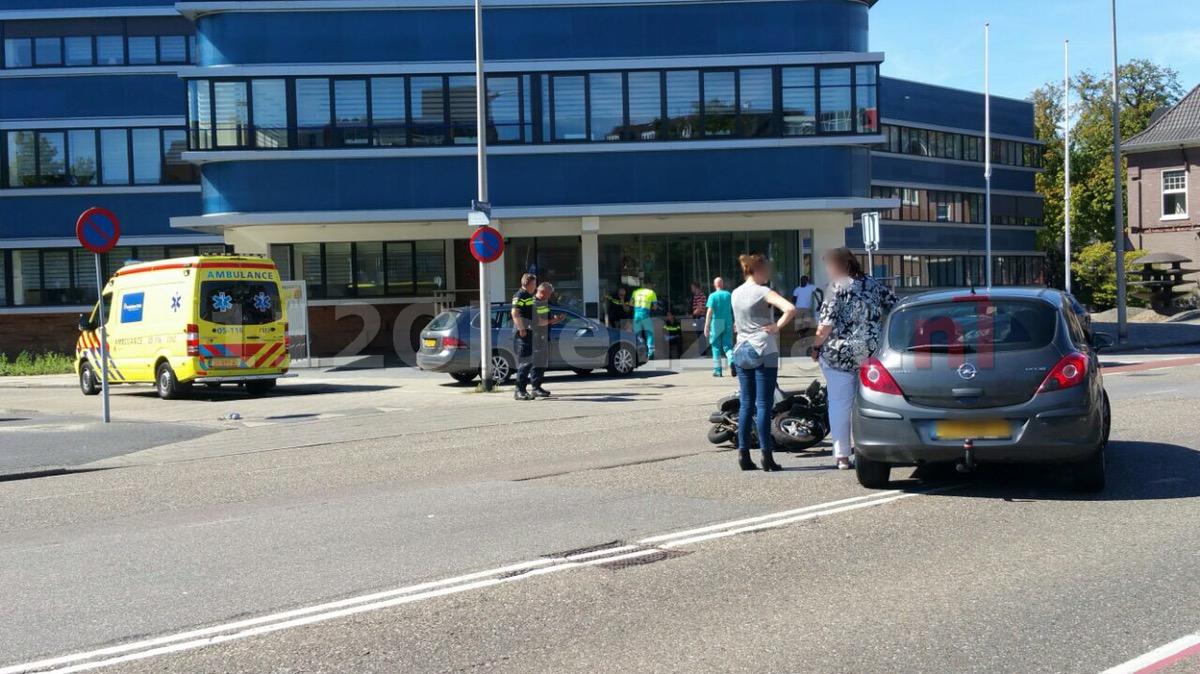 Foto: Bestuurster scooter gewond bij aanrijding voor politiebureau in Enschede