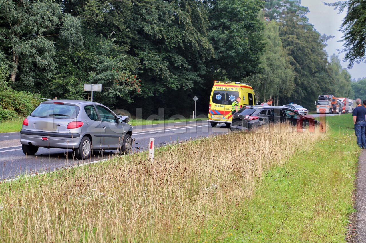 Foto 4: Drie auto's betrokken bij aanrijding in De Lutte