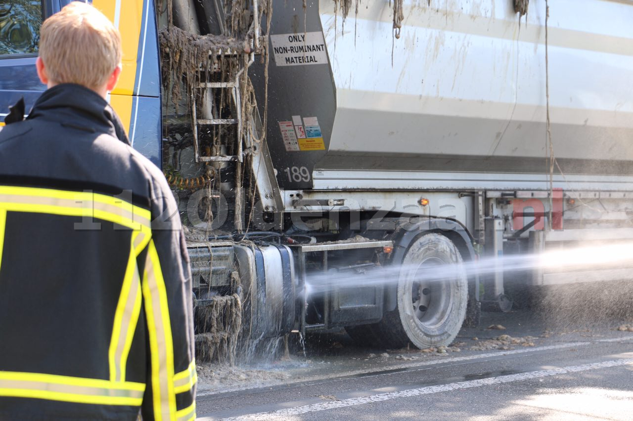 Foto 2: Vrachtauto verliest slachtafval en blokkeert rijbaan in Beuningen