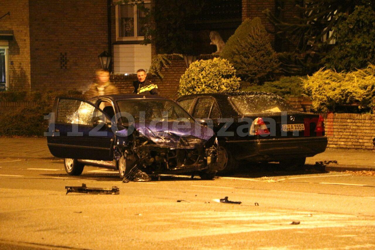 Foto: Drie geparkeerde auto's geramd op de Gronausestraat in Enschede