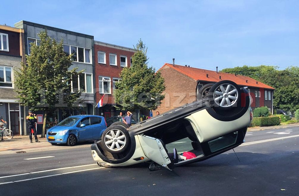 Foto: Auto op de kop bij aanrijding in Hengelo