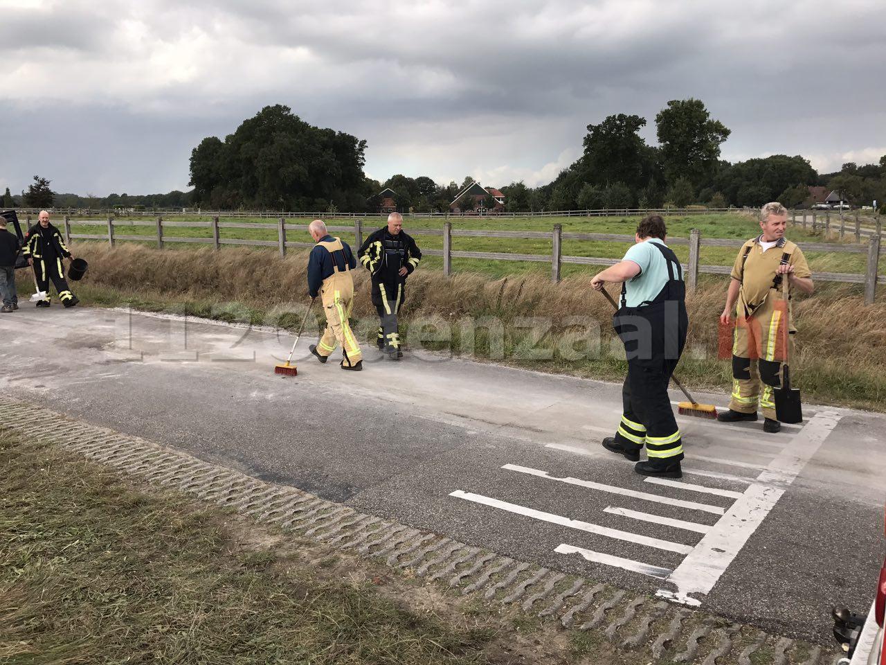Foto 2: brandweer rukt uit voor het wegdekreiniging in Weerselo