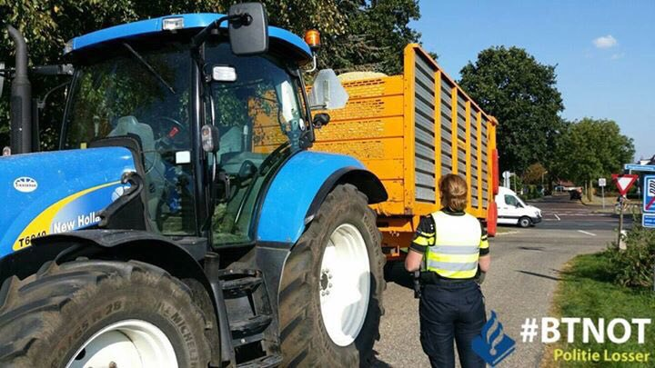 Foto: Politie controleert extra tijdens maisoogst op landbouwvoertuigen
