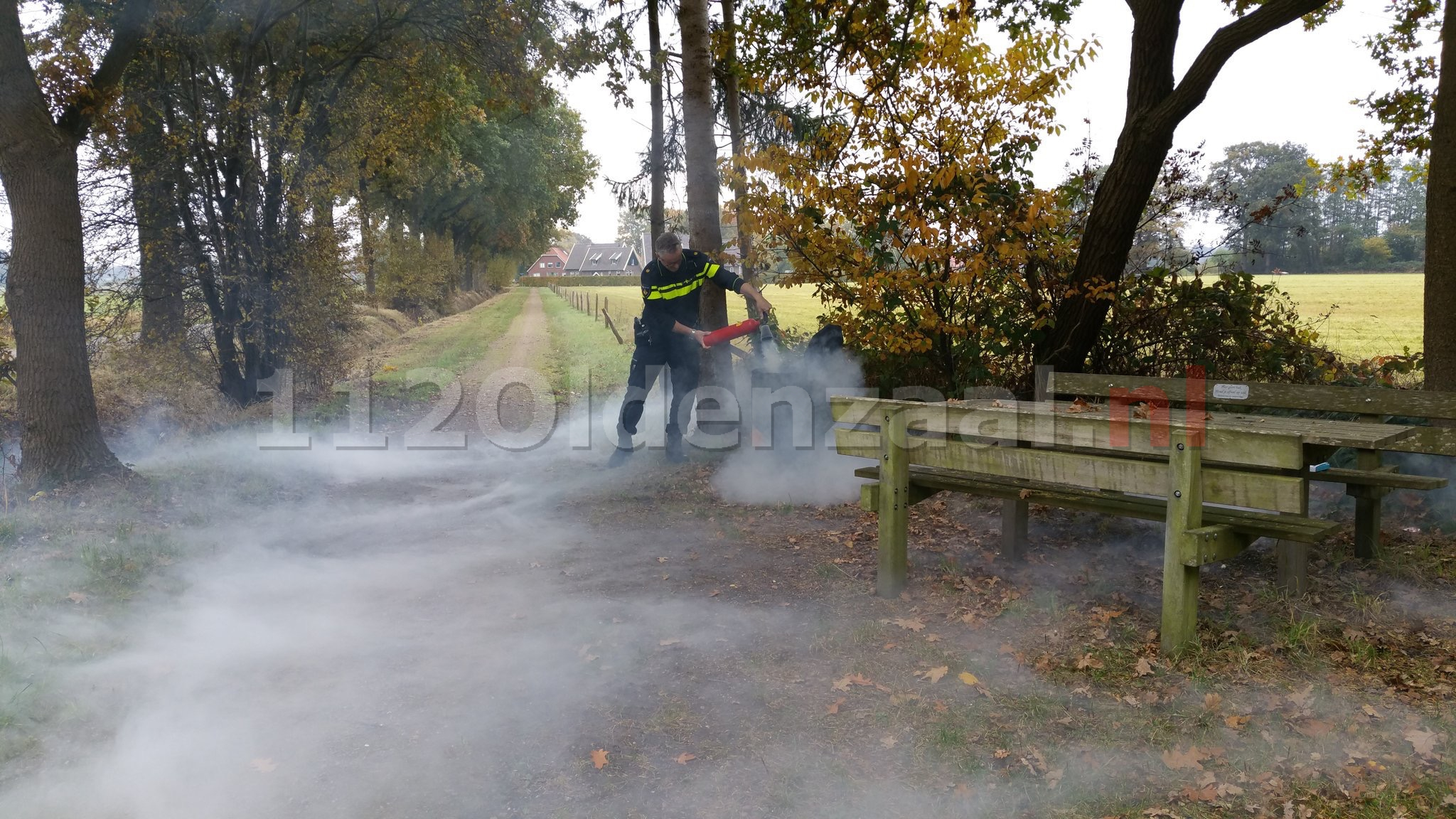 Foto: Politie blust brandende afvalbak in Lemselo