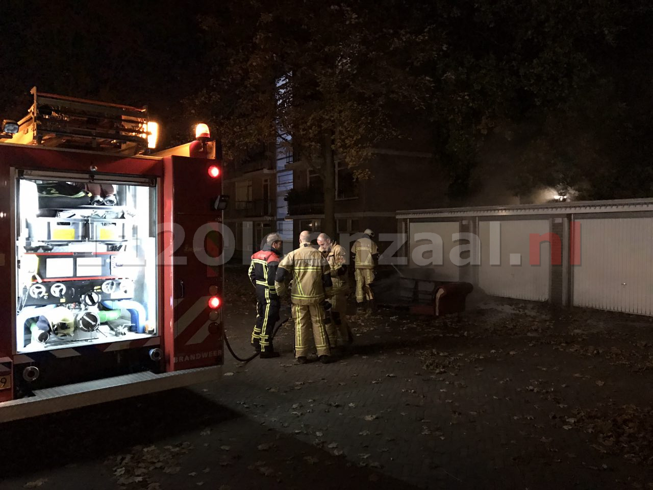 Foto: Brandend bankstel Enschede beschadigt garageboxen