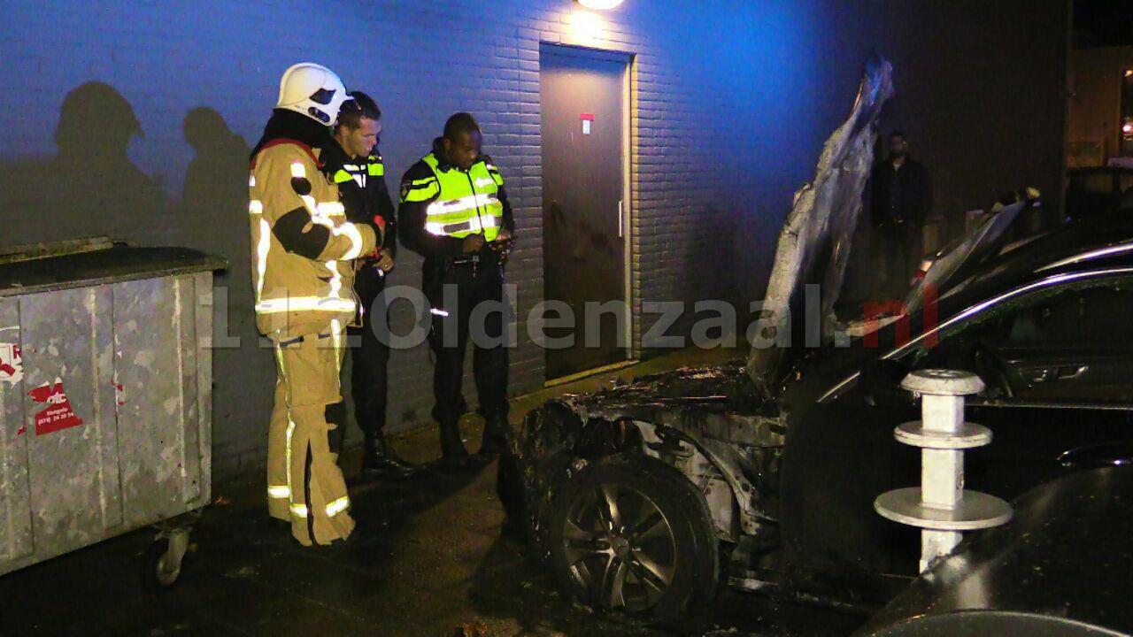 Foto: Twee auto's uitgebrand in Enschede